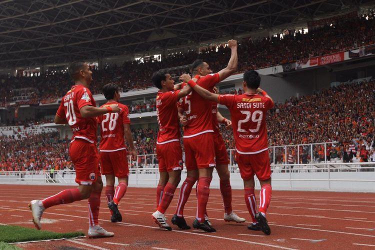 Penyerang Persija Jakarta Marko Simic bersama rekan-rekannya merayakan gol ke gawang Mitra Kukar pada laga terakhir Liga 1 di Stadion Utama Gelora Bung Karno, Jakarta, Minggu (9/12/2018). Laga tersebut dimenangkan Persija dengan skor 2-1. Kemenangan itu memastikan Persija juara Liga 1 2018.