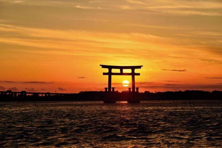 """""""Bentenjima Seaside Park"""", tempat menikmati pemandangan matahari terbenam melewati torii pada sore hari"""