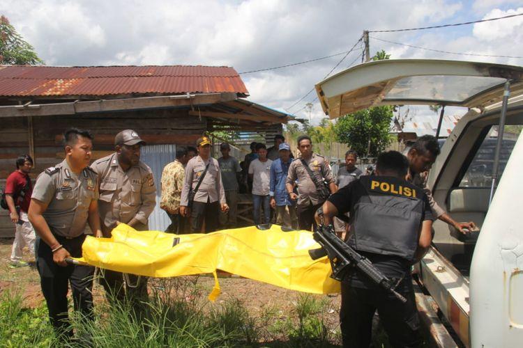 Jenazah korban saat akan dievakuasi ke rumah sakit, Kamis (13/12/2018)