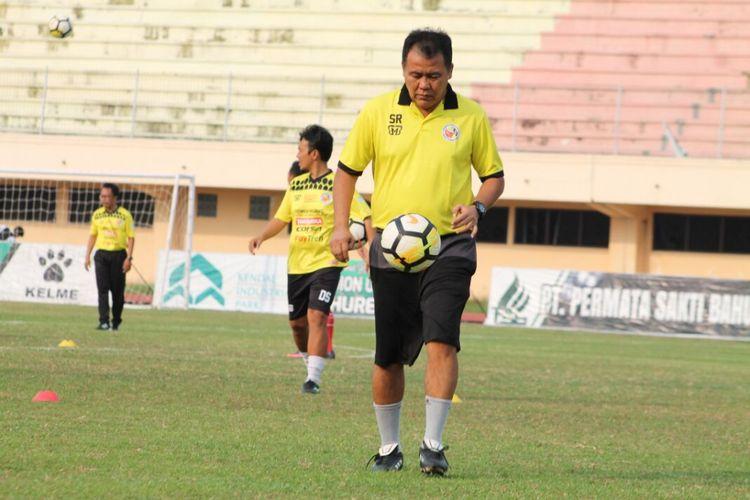 Pelatih Semen Padang Syafrianto Rusli saat memimpin latihan pemain