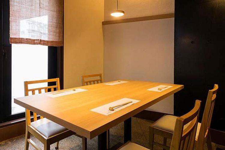 Tersedia meja dengan tempat duduk untuk maksimal 8 orang.