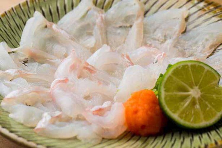 Sashimi (potongan tipis daging ikan mentah) ikan ara (niphon spinosus). Daging ikan yang berwarna benar-benar putih merupakan bukti dari persiapan masak yang sempurna.