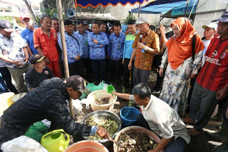 Wakil Wali Kota Bandung Yana Mulyana melihat pelatihan proses pengolahan sampah menggunakan metode biocompund di Kelurahan Babakan Sari, Kiaracondong, Kota Bandung, Senin (17/12/2018).