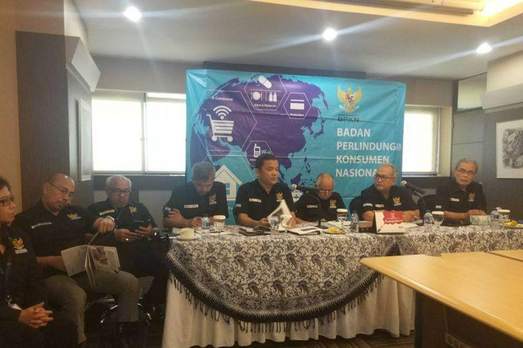 Arief Syafari (kedua dari kanan), Ardiansyah Parman (ketiga dari kanan), dan Rolas Budiman Sitinjak (keempat dari kanan) menjelaskan pengaduan terbanyak yang diterima BPKN berupa rumah tanpa sertifikat (17/12/2018).