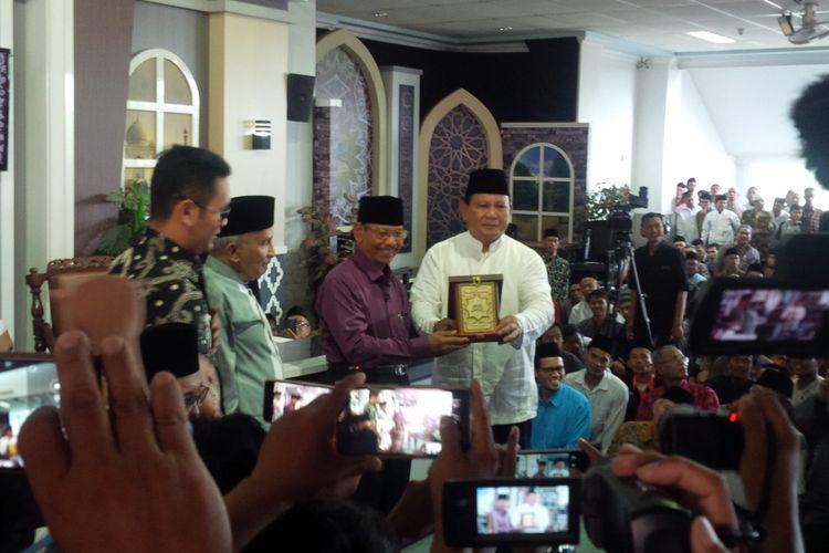 Calon presiden (Capres) nomor urut 02 Prabowo Subianto dan Pimpinan Pusat MTA Al Ustaz Ahmad Sukina di gedung pusat Majelis Tafsir Alquran (MTA) Solo, Jawa Tengah, Minggu (23/12/2018).