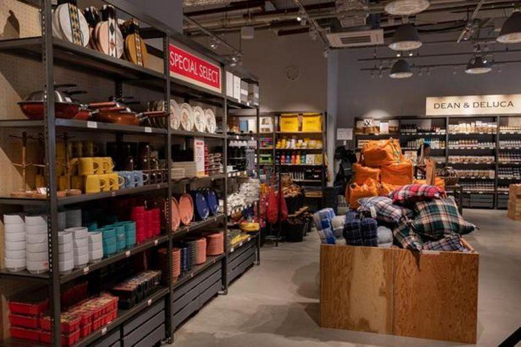 "Di dalam toko Dean & Deluca ""Welcome Market"" terdapat berbagai peralatan dan pernak-pernik yang cantik"