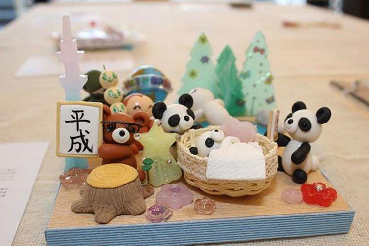 "Barang handmade ini dibuat dengan tema ""Panda no Xiang-xiang"" (berarti: si Panda Xiang-xiang). Tema yang diinspirasi dari kelahiran seekor panda yang diberi nama Xiang-xiang di kebun binatang Ueno."