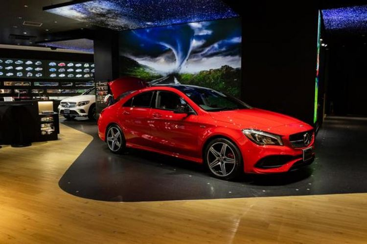 Bagian dalam toko Mercedes-Benz yang menawarkan produk mobil dan banyak barang lainnya. Toko ini tidak menjual mobil bekas, melainkan mobil baru yang digunakan sebagai mobil display ataupun mobil untuk dicoba.