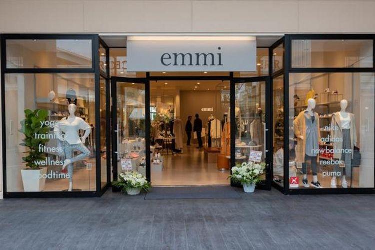 Brand emmi yang menjual banyak pakaian untuk wanita pun, kali pertama yang membuka toko cabangnya di outlet.