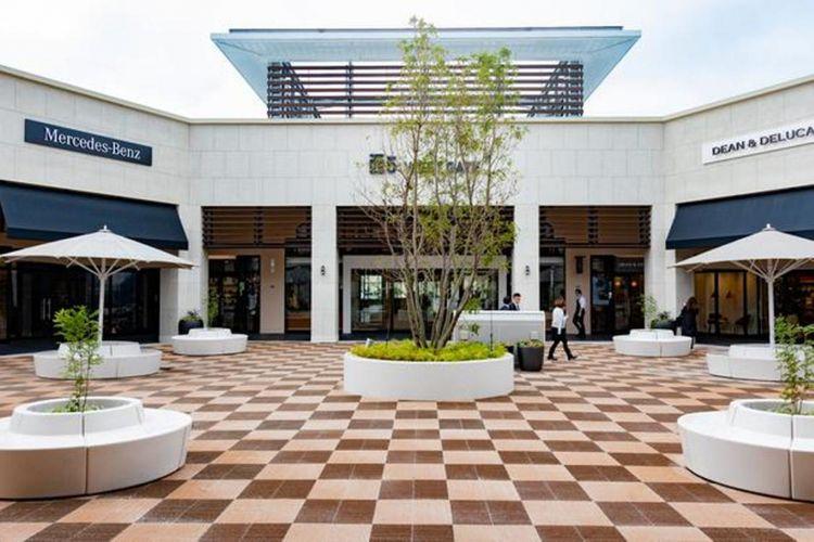 Jalan menuju bagian dalam outlet melalui Welcome Hall. Pengunjung disambut dengan brand Mercedes-Benz di sebelah kiri dan Dean & DeLuca di sebelah kanan. Keduanya merupakan brand pertama yang membuka toko di outlet.