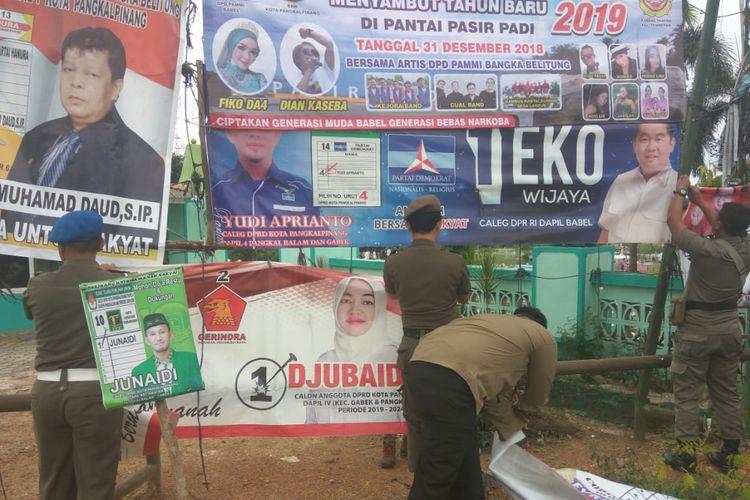 Alat peraga kampanye Pemilu 2019 tidak sesuai ketentuan dibongkar paksa di Pangkal Pinang.
