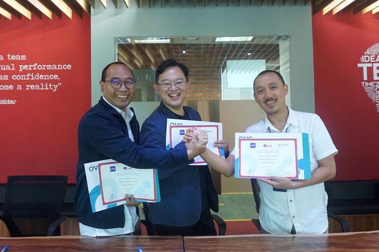 Keterangan Foto Ki-Ka: Suryo Hardiyanto (Direktur Utama Kisel), Adrian Suherman (Presiden Direktur Ovo), M Syawaluddin (VP Integrated Sales Channel Management Telkomsel)