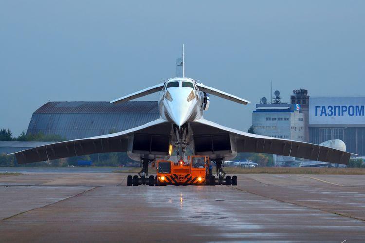 Tupolev Tu-144 nampak dari depan