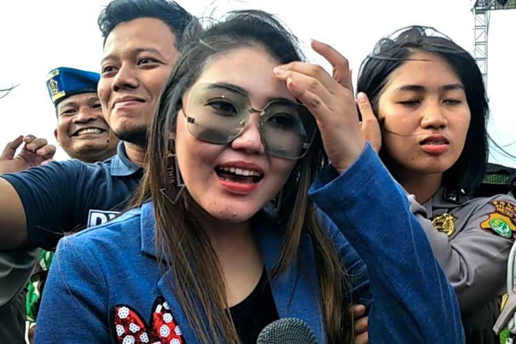 Penyanyi dangdut Via Vallen saat ditemui di Pantai Lagoon, Ancol, Jakarta Utara, Selasa (1/1/2018).