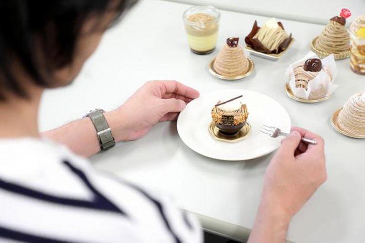 """Menu makan pagi dan makan siang hari ini mont blanc. """"Saya bahagia!"""", ujar Michelle, penulis khusus makanan manis (mungkin pria)."""