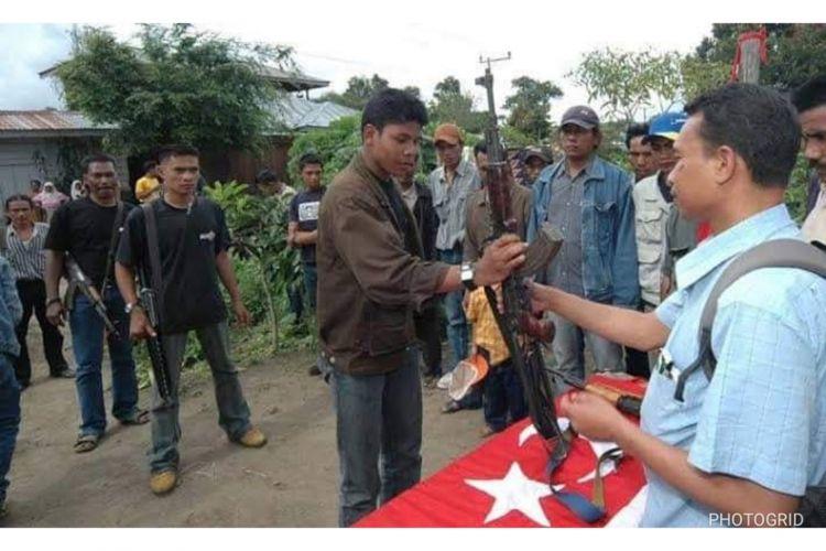 Proses persiapan penyerahan senjata oleh Kombatan Gerakan Aceh Merdeka (GAM) yang akan diserahkan kepada kepada Aceh Mission Monitorring (AMM) paska penandatanganan perjanjian damai antara RI dan GAM.