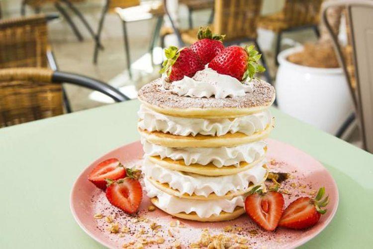 """Hidangan """"Enoshima Limited Pancake It's a Girl"""" (seharga 1.944 yen) juga instagenic! Tampilannya yang lucu membuat kita sayang untuk memakannya."""