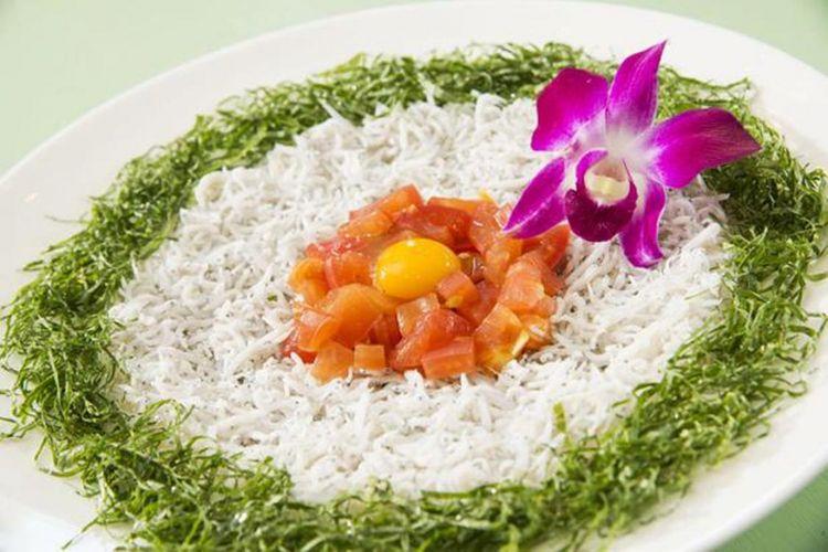 """""""Tri-color Shirasu Bowl"""" seharga 1.382 yen ini disajikan dengan tomat dan daun perilla sehingga memiliki rasa yang segar."""