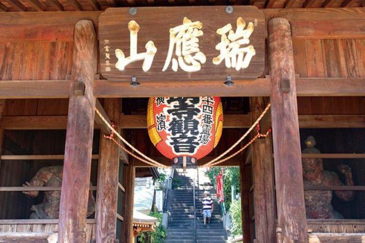 Di kanan dan kiri gerbang Nio diletakkan patung Kongorikishi (patung Nio) yang merupakan aset budaya berbentuk Yokohama