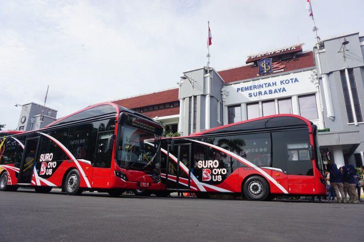 Armada Suroboyo Bus terparkir di halaman Balai Kota Surabaya, Jumat (4/1/2019). Tambahan 10 armada Suroboyo Bus ini akan dioperasikan minggu ini.