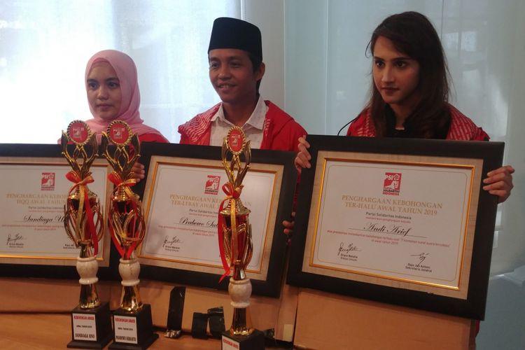 Partai Solidaritas Indonesia (PSI) memberi penghargaan kebohongan kepada pasangan calon presiden dan wakil presiden nomor urut 02, Prabowo Subianto-Sandiaga Uno, Jumat (4/1/2019). Selain itu, penghargaan kebohongan juga diberikan kepada Wakil Sekjen Partai Demokrat Andi Arief.