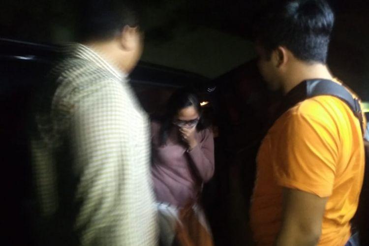 Terkait penangkapan artis VA dan model AS di dua hotel di Surabaya dengan dugaan prostitusi online, seorang perempuan diduga mucikari didatangkan dari Jakarta ke Mapolda Jatim, Sabtu (5/1/2019) malam
