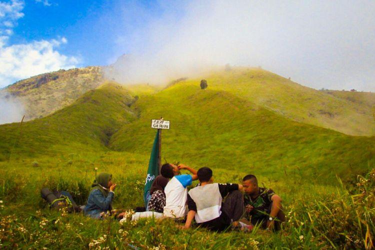 Sekelompok pendaki tengah menikmati suasana petang di campsite Gajahan, Gunung Sumbing via Bowongso, Wonosobo, Jawa Tengah.