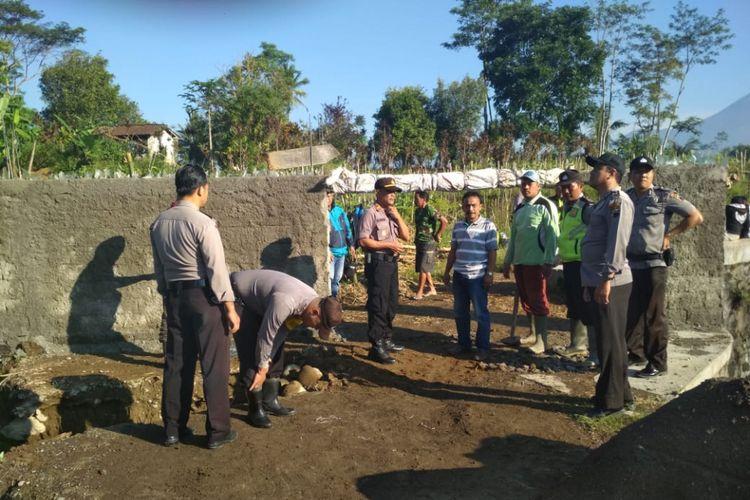 Pembongkaran tembok yang tutup akses jalan penguhubung desa Rejosari dengan desa Sindupaten Kabupaten Wonosobo, Senin (7/1/2019). Tembok dibangun oleh warga yang kalah maju Pilkades.