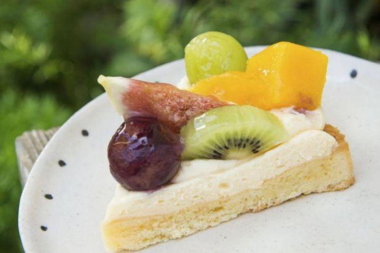 """""""Fruit tart/tart buah"""" harga 430 yen. Buah yang digunakan berbeda tiap musimnya."""
