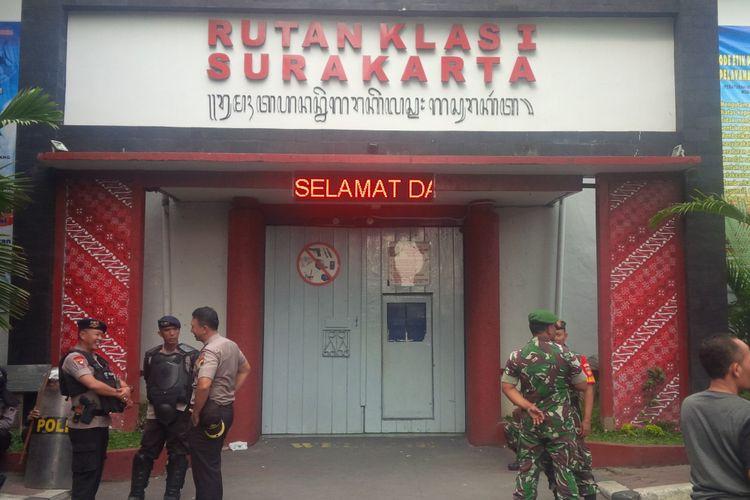 Aparat kepolisian dan TNI berjaga di depan Rutan Kelas I Surakarta, Jawa Tengah, Kamis (10/1/2019).