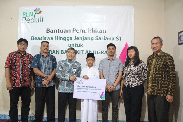 Manajemen PLN menyerahkan bantuan pendidikan pada keluarga korban pesawat Lion Air JT 610 di Desa Simpang Katis, Bangka Tengah, Kepulauan Bangka Belitung, Jumat (11/1/2019).