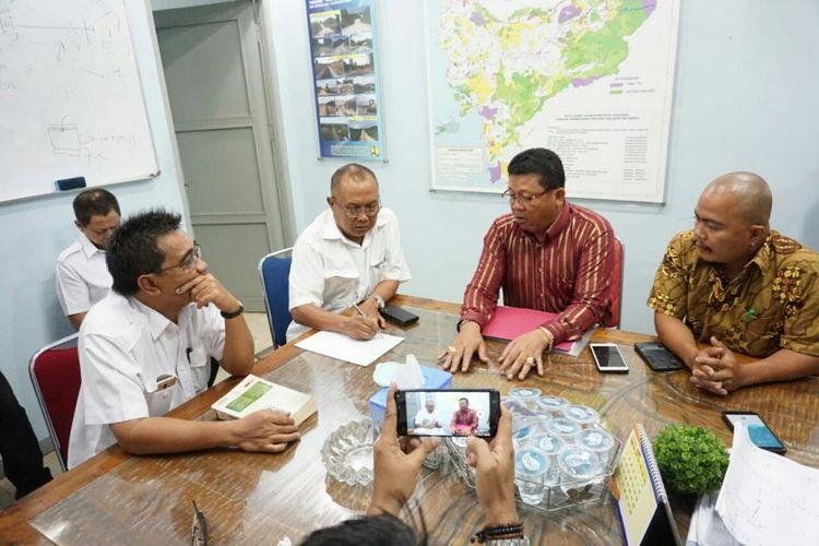 Marta Sanding melalui kuasa hukumnya Andel dan Dominikus Arif bersama pihak perwakilan keluarga mendatangi kantor Satker Pelaksanaan Jalan Nasional Wilayah III di Jalan Subarkah, Pontianak, Senin (14/1/2019).