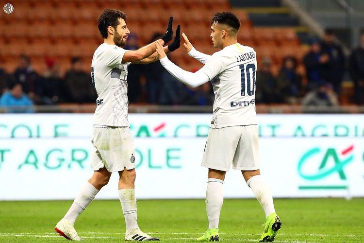 Lautaro Martinez dan Antonio Candreva tengah merayakan gol pada pertandingan Inter Milan vs Benevento di Stadion Giuseppe Meazza dalam babak 16 besar Coppa Italia, 13 Januari 2019.
