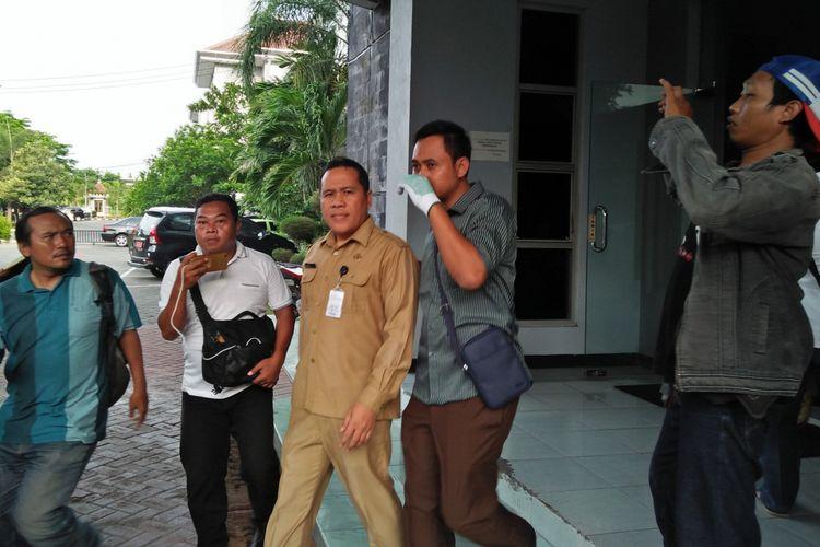Sekretaris BPPKAD Pemkab Gresik, Muktar (tengah), saat dibawa tim menuju Kejari Gresik usai penggeledahan.