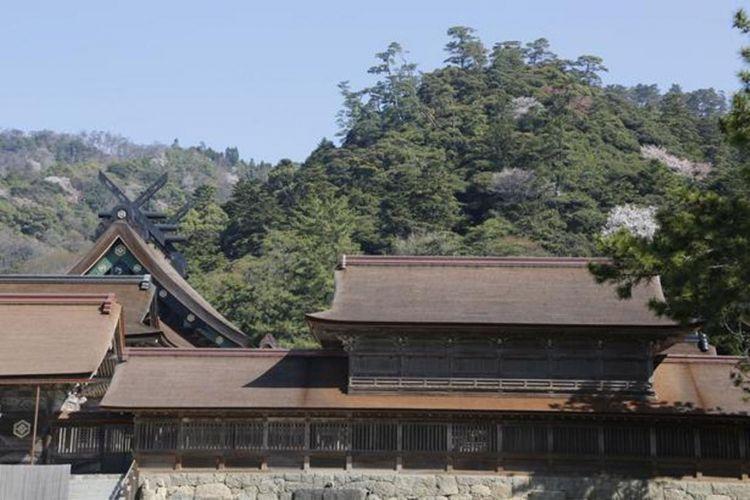 Izumo Taisha. Selain menjadi latar mitos, kuil bersejarah ini juga tercatat di dalam Kojiki dan Nihon Shoki (buku sejarah kuno Jepang) (Gambar aula utama dan Kansairo (salah satu nama bangunan di dalam kuil)