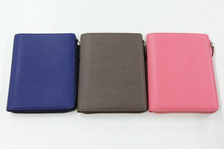 """""""Club L Zip Cover"""" memiliki tiga warna navy, chestnut, dan coral pink. Tidak hanya aspek fungsional, tetapi juga warna dan desainnya yang membuat system techou/buku agenda sistem terlihat modis pun menarik."""