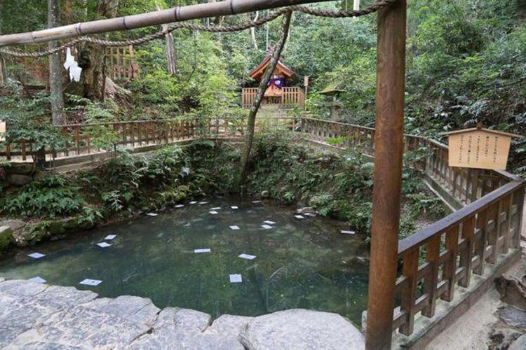 Di belakang kolam Kagami no Ike terdapat Kuil Ame no Kagami Jinja yang didedikasikan untuk Inada hime no mikoto