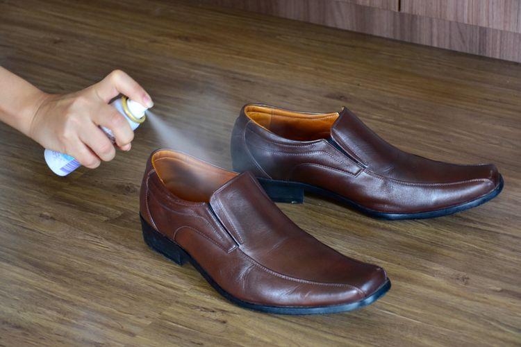 Ilustrasi menyemprot sepatu
