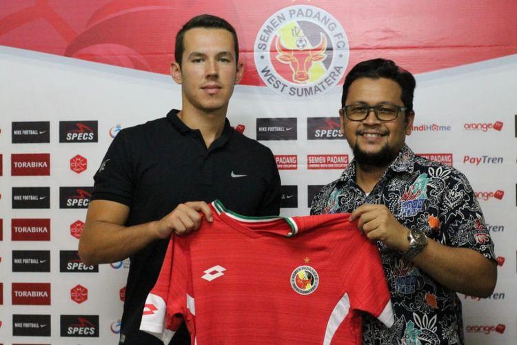 Manager Semen Padang dengan Nildo Victor Juffo saat memperlihatkan jersey Semen Padang, Jumat (18/1/2019) di PT KSSP.