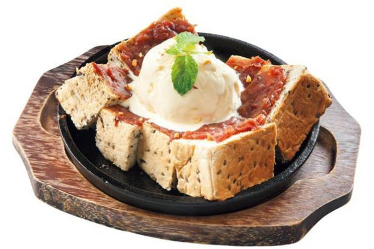 """""""Teppan Ogura toast"""" seharga 650 yen. Desserts  dengan sensasi """"panas dan dingin"""" ini dimakan dengan pisau dan garpu."""
