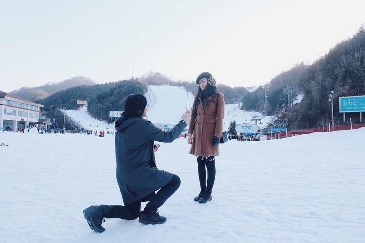Artis musik Kevin Aprilio melamar kekasinya, Vicy Melanie, saat mereka berada di Jepang.