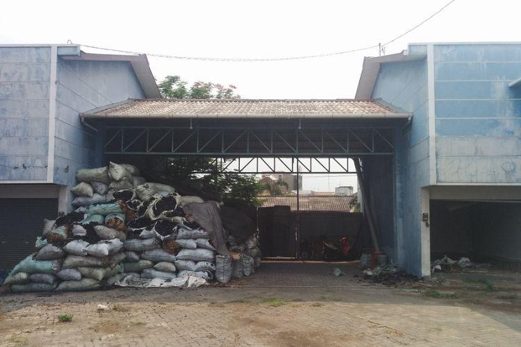 Bangunan ruko yang berada di Jalan Lumbang Tobing tersebut dibangun untuk mengakomodasi limpahan pedagang dari Pasar Legi.