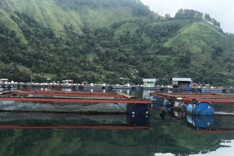 Keramba Jaring Apung di wilayah Danau Toba.