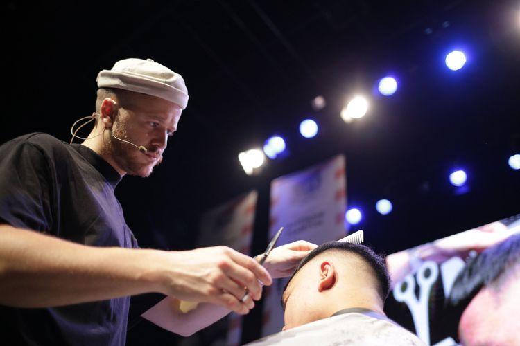 Josh Lamonaca, International Guest Star BarberLyfe Indonesia Vol.2, Memperagakan potongan rambut Blunt Fringe sebagai salah satu hair style trend 2019.