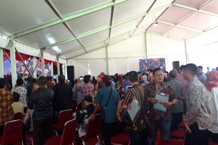 Warga Jakarta Pusat menunggu pembagian sertifikat oleh Presiden Joko Widodo, di Lapangan Arcici, Rawasari, Jakarta Pusat, Sabtu (26/1/2019)