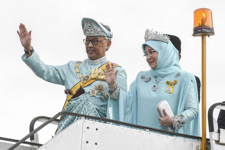 Foto yang dirilis Departemen Informasi Malaysia pada 31 Januari 2019 menunjukkan raja baru Malaysia Sultan Abdullah Sultan Ahmad Shah dan permaisurinya unku Hajah Azizah Aminah Maimunah Iskandariah melambaikan tangan di Kuantan, Pahang, sebelum bertolak ke Kuala Lumpur untuk menjalani pelantikan sebagai Yang di-Pertuan Agong ke-16 Malaysia.