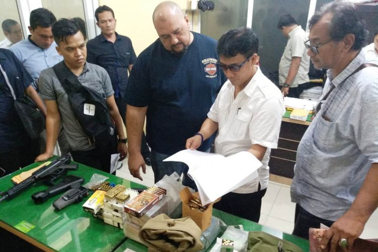 Tersangka Direktur PT ALAM (tengah) yang merupakan adik Wagub Sumut bersama barang bukti yang disita penyidik Ditreskrimsus Polda Sumut, Rabu (30/1/2019).