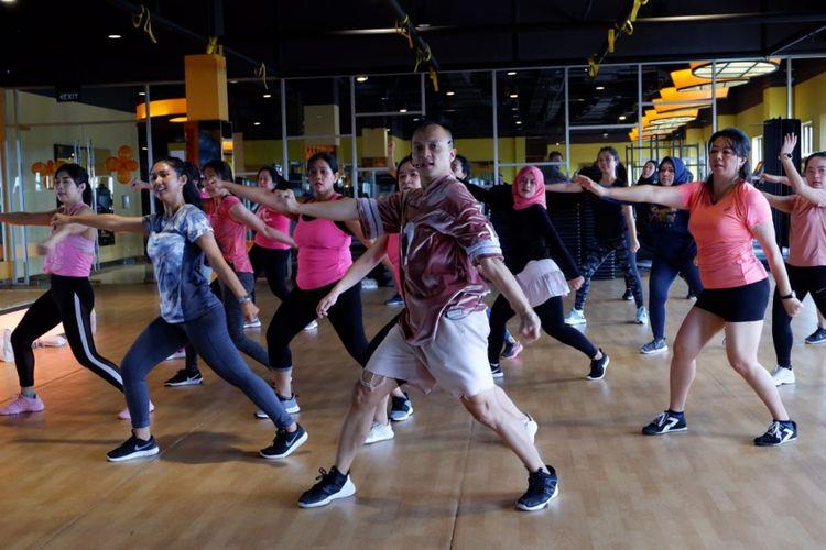 Core motion merupakan penggabungan 50 persen gerakan dancing dan 50 persen core exercise. Untuk latihan 1 jam, kalori yang terbakar lebih dari 300 kalori.