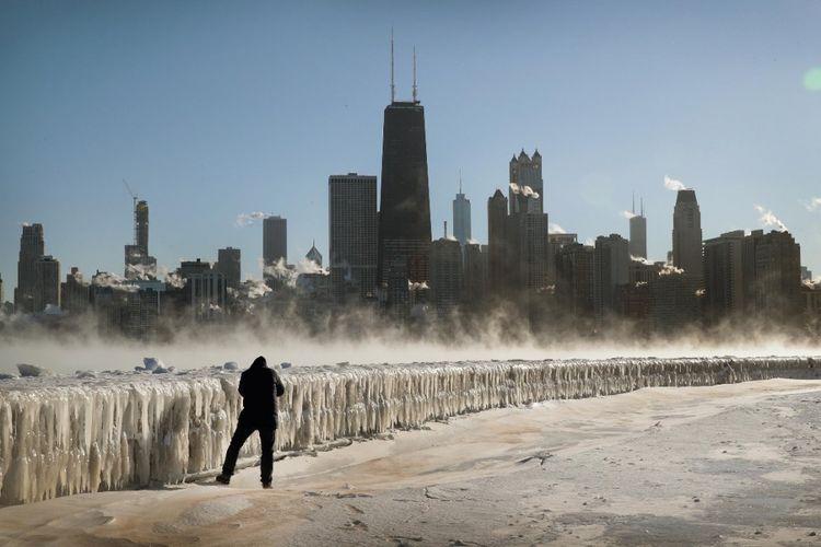 Seorang pria di sepanjang tepi danau saat suhu udara berkisar minus 20 derajat Celsius pada 30 Januari 2019, di Chicago.