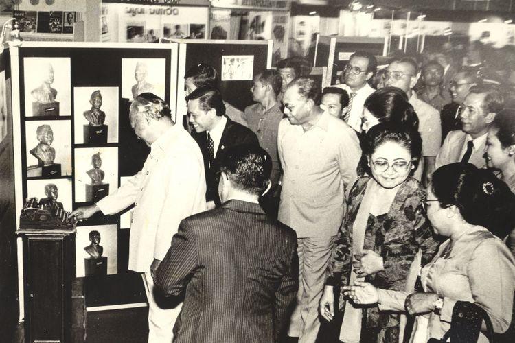 Presiden Soeharto hari Sabtu (9/2) memberikan sambutan pada Hari Pers Nasional (9 Februari 1985) di Hall C Pekan Raya Jakarta. Kepala Negara diapit Menpen Harmoko dan mesin tik tempo dulu sebelum Kemerdekaan Republik Indonesia, pada pameran Hari Pers nasional.